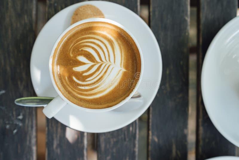 Latte caliente en la taza blanca fotografía de archivo libre de regalías
