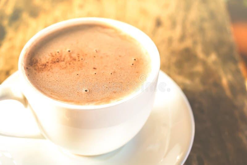 Latte chaud de café sur le plan rapproché en bois de table photos libres de droits