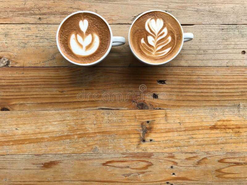 latte chaud et un autre café cappuccino avec deux lattes d'art différent images stock