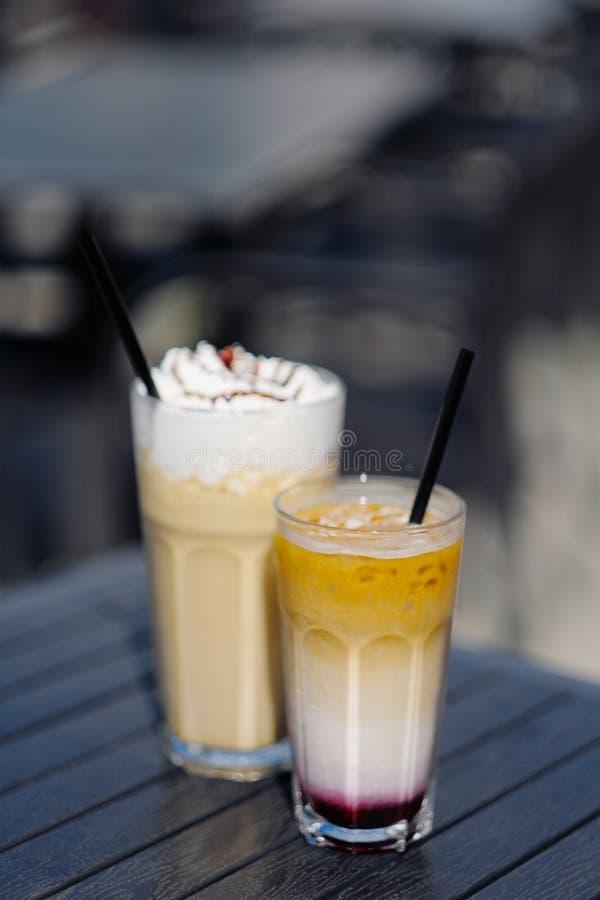 Latte com chantiliy e o cocktail leitoso da baga com amoras-pretas e caramelo imagem de stock