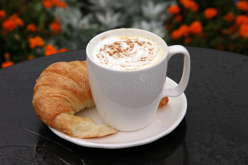 Latte com croissant e potência chicoteada do creme e do chocolate fotografia de stock royalty free