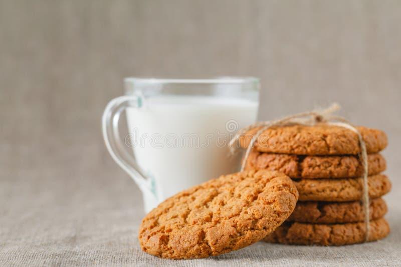 Latte con i biscotti fatti domestici fotografia stock