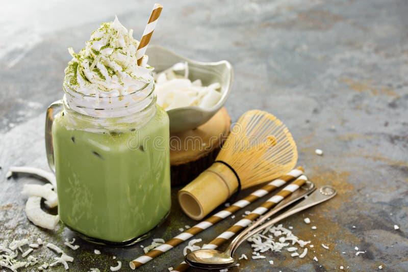 Latte congelado do matcha com creme do coco fotos de stock royalty free