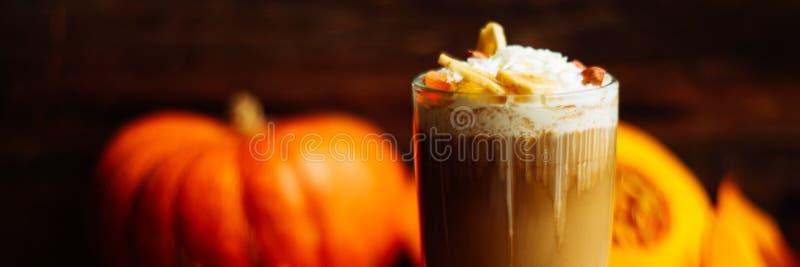 Latte d'épice de potiron avec de la crème et le caramel fouettés photo libre de droits