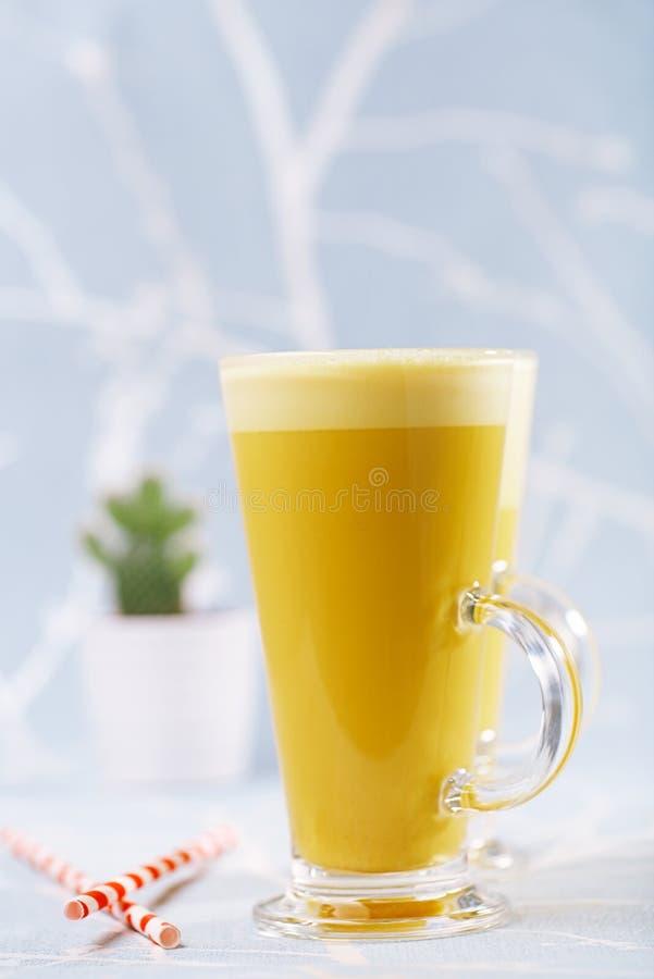 Latte da cúrcuma uma torção dourada ao café fotos de stock