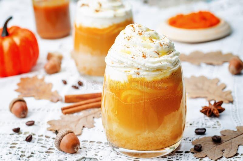 Latte da especiaria da abóbora do mel do gelo com chantiliy fotografia de stock