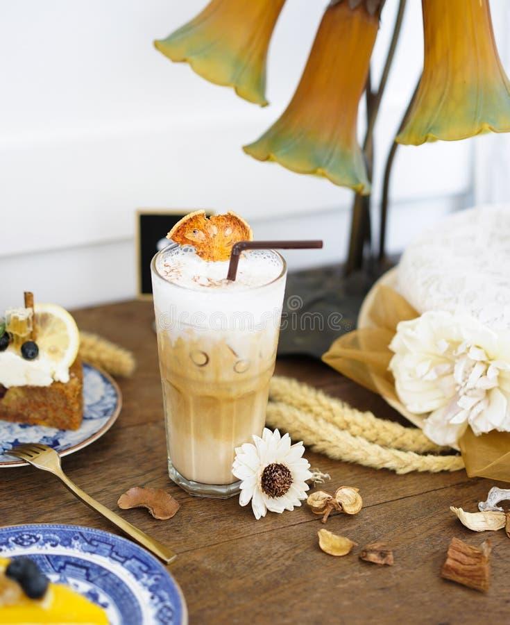 Latte de Bael Bael est des espèces d'un indigène d'usine à Asie du Sud-Est Bael est connu par beaucoup de noms tels que les marme photographie stock libre de droits