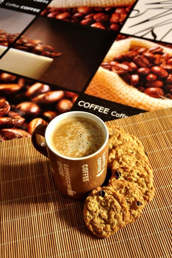 Latte de café avec des biscuits photos libres de droits