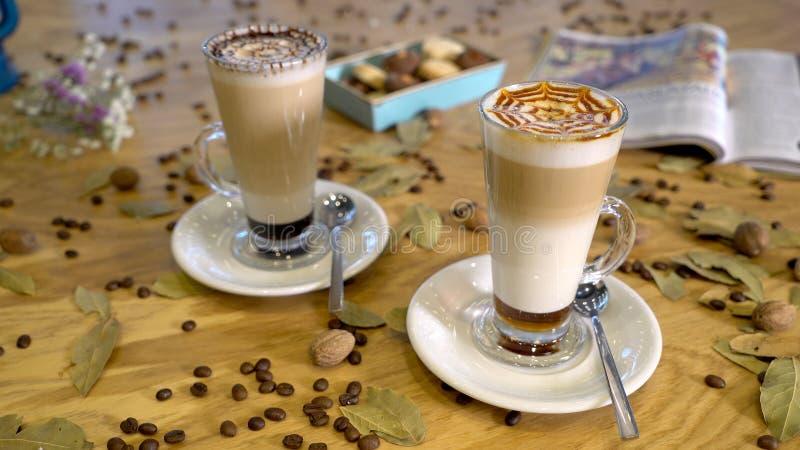 Latte de café sur le bureau images stock