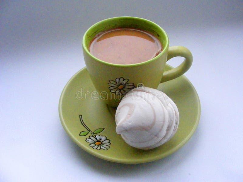 Latte de café de tasse de café dans la tasse de café verte avec une mauve de marais images stock