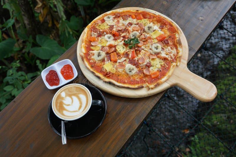 Latte de la pizza y del café foto de archivo