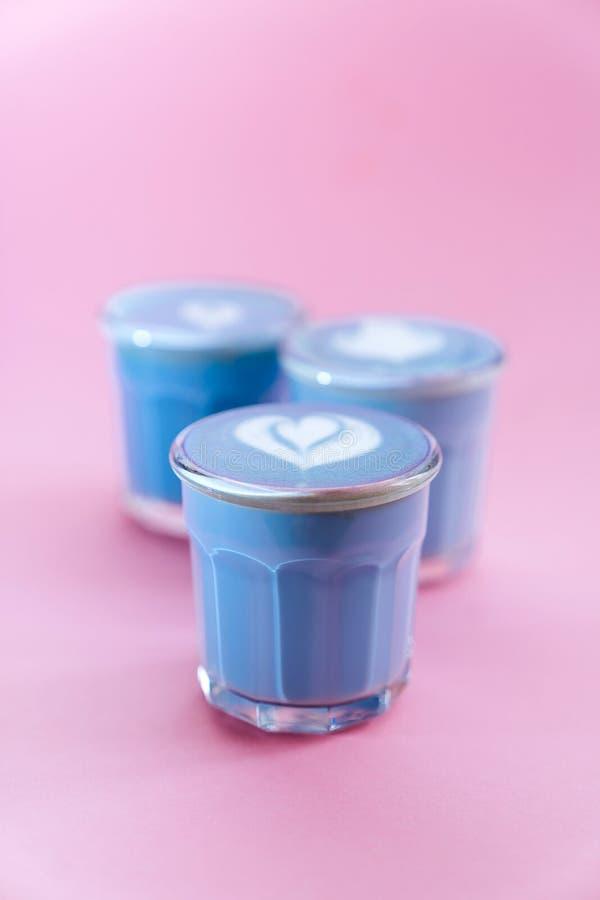 latte de matcha bleu avec art rosetta image stock