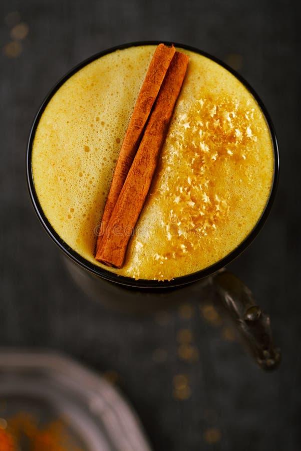 Latte de safran des indes ou lait d'or avec le bâton de cannelle photos libres de droits