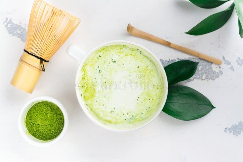 Latte de thé vert de Matcha dans une tasse photo stock