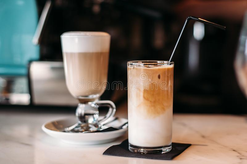 Latte del café caliente y helado en restaurante y café foto de archivo