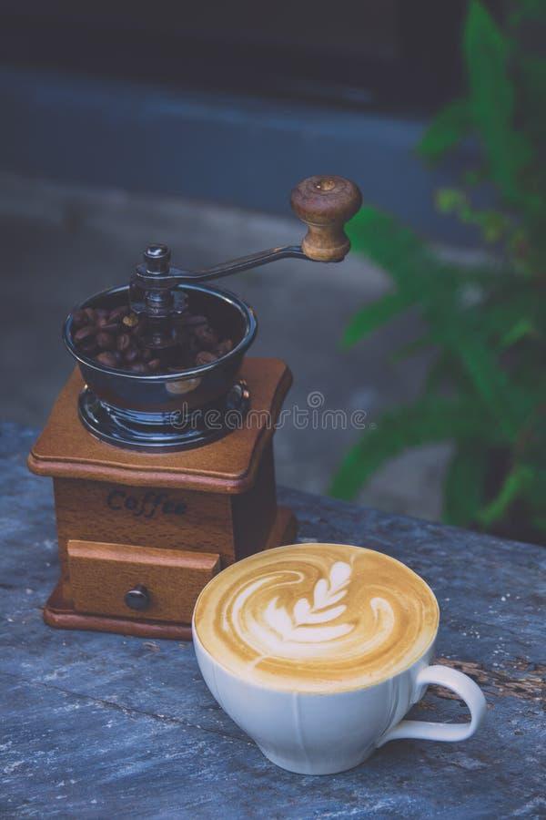Latte del caffè con il chicco d'annata di caffè e del macinacaffè immagini stock libere da diritti