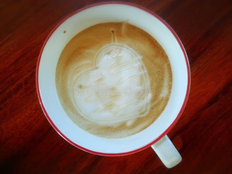 Latte del caffè con il mio cuore su legno immagine stock