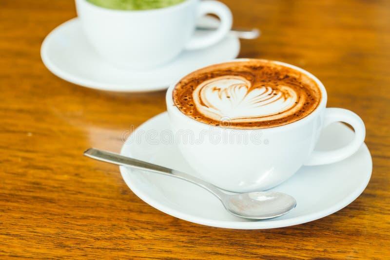 Latte del chocolate caliente en la taza blanca foto de archivo
