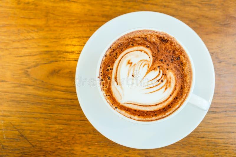 Latte del chocolate caliente en la taza blanca imagenes de archivo