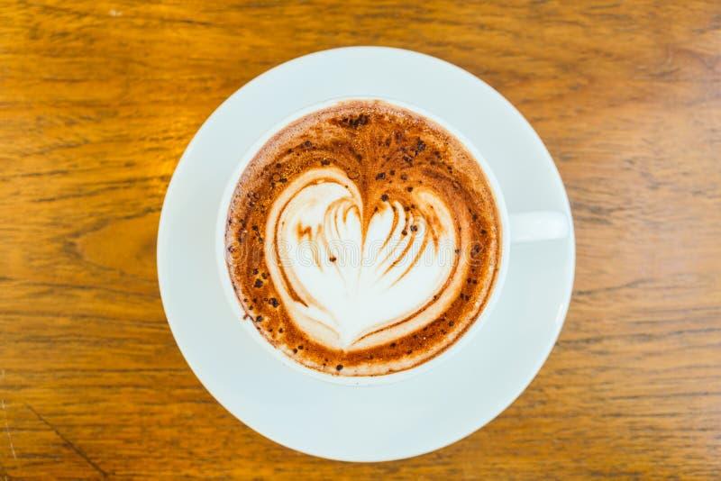 Latte del chocolate caliente en la taza blanca fotografía de archivo