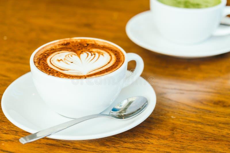Latte del chocolate caliente en la taza blanca imagen de archivo