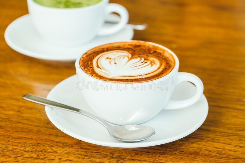 Latte del chocolate caliente en la taza blanca foto de archivo libre de regalías