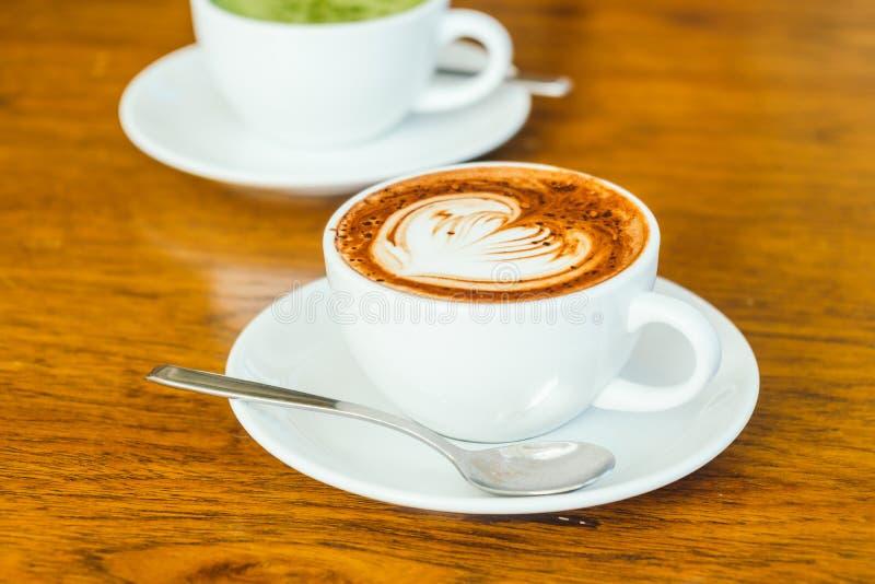 Latte del chocolate caliente en la taza blanca fotos de archivo