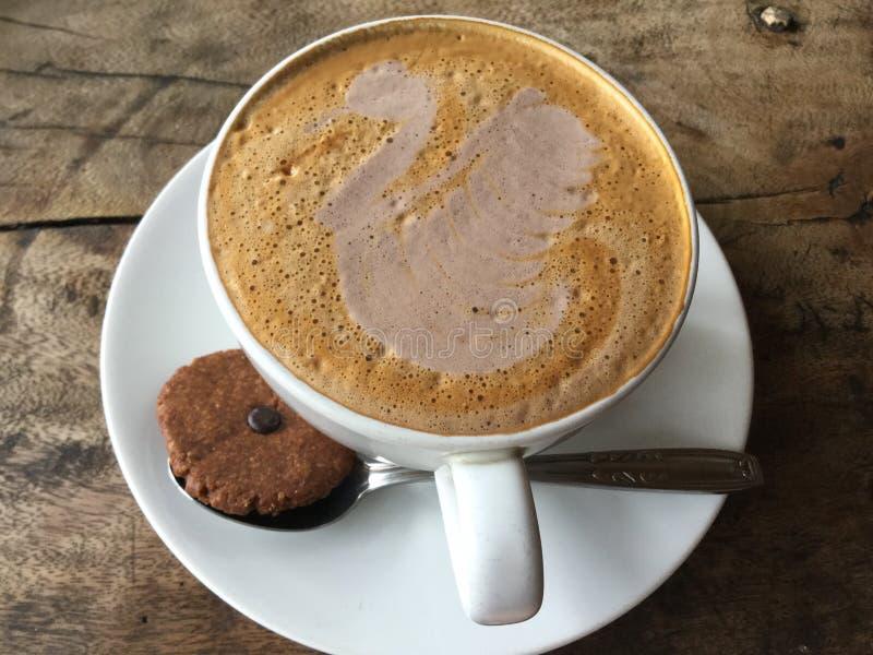 Latte del cisne Café con la galleta clásico foto de archivo