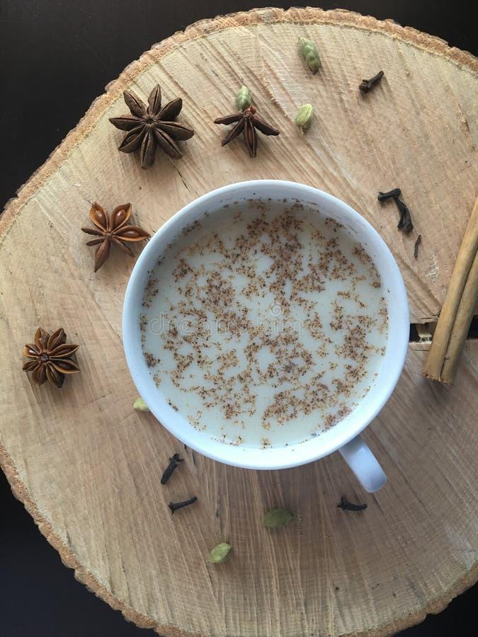 Latte del tè di chai di digestione e dell'antiossidante fotografia stock libera da diritti