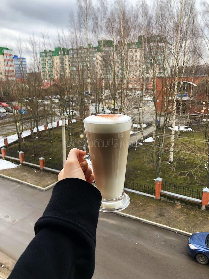 Latte delicioso do café com canela à disposição fotografia de stock royalty free
