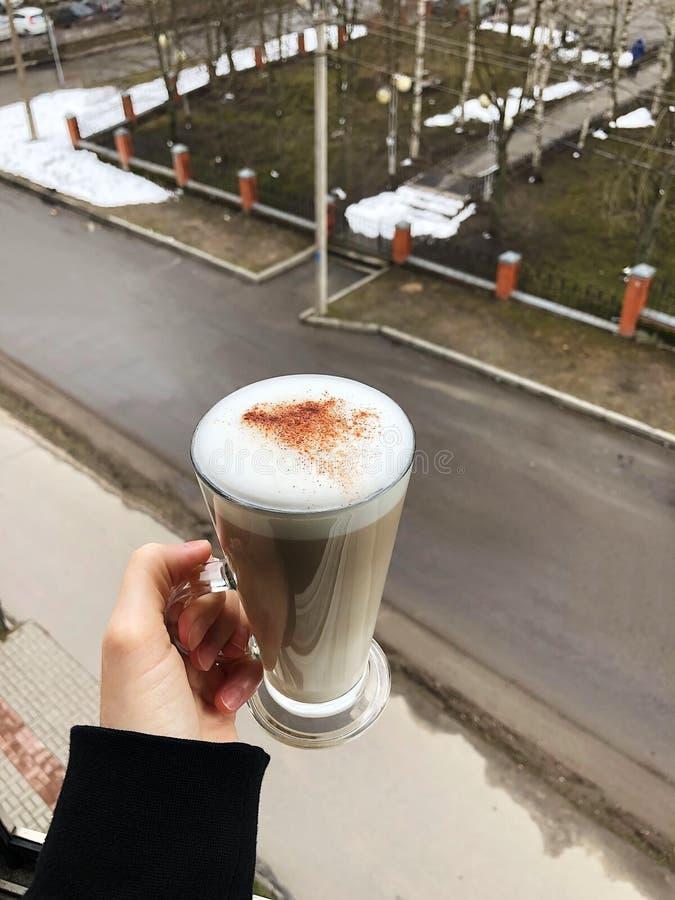 Latte delicioso do café com canela à disposição imagens de stock