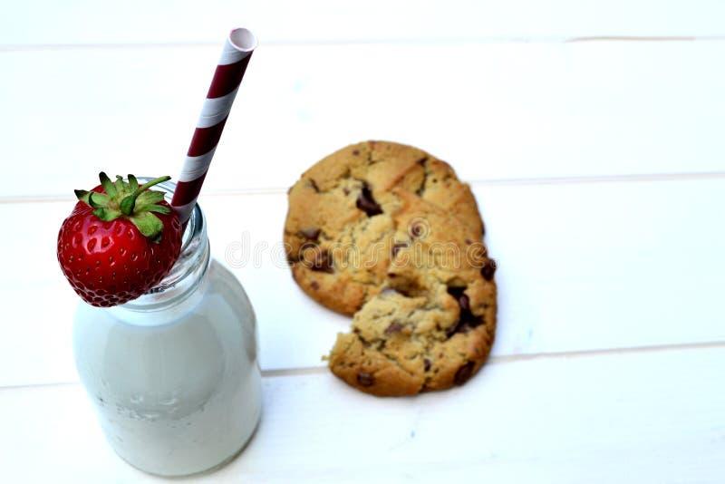 Latte della fragola con i biscotti immagini stock