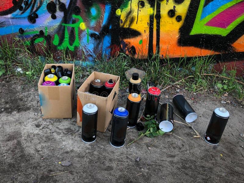 Latte della pittura di spruzzo per i graffiti sul pavimento fotografia stock