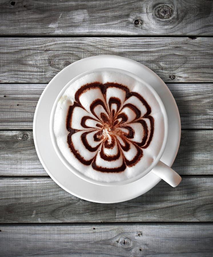 Latte della tazza di caffè sulla tavola di legno immagine stock libera da diritti