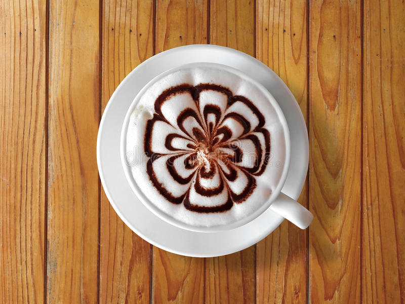 Latte della tazza di caffè sulla tavola di legno fotografia stock