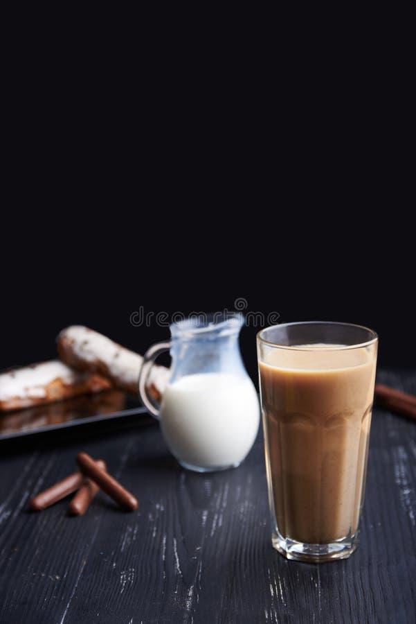 Latte di Caffe su fondo scuro Bere culinario del caffè immagine stock libera da diritti