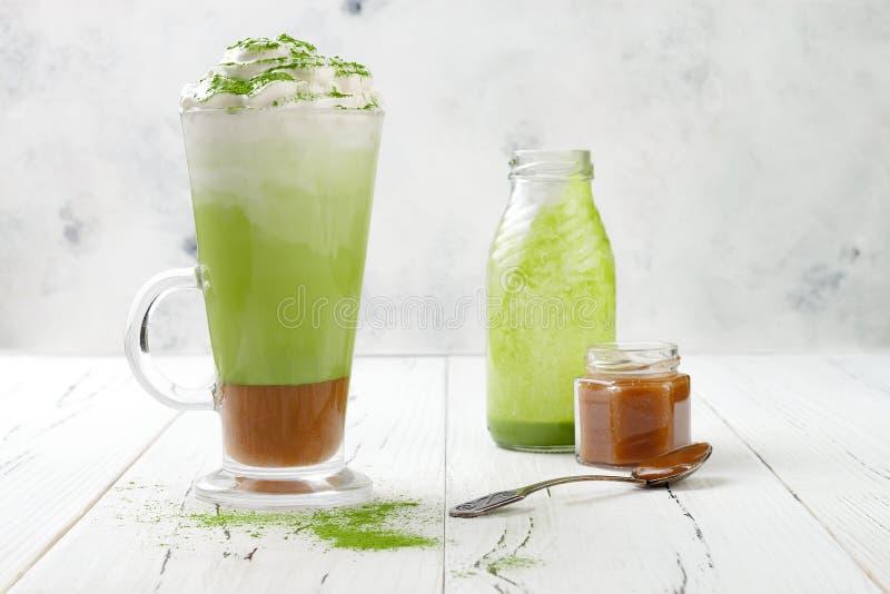 Latte di Matcha con caramello salato in vetro alto fotografia stock libera da diritti