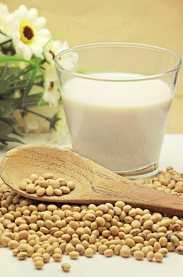 Latte di soia con i fagioli immagini stock