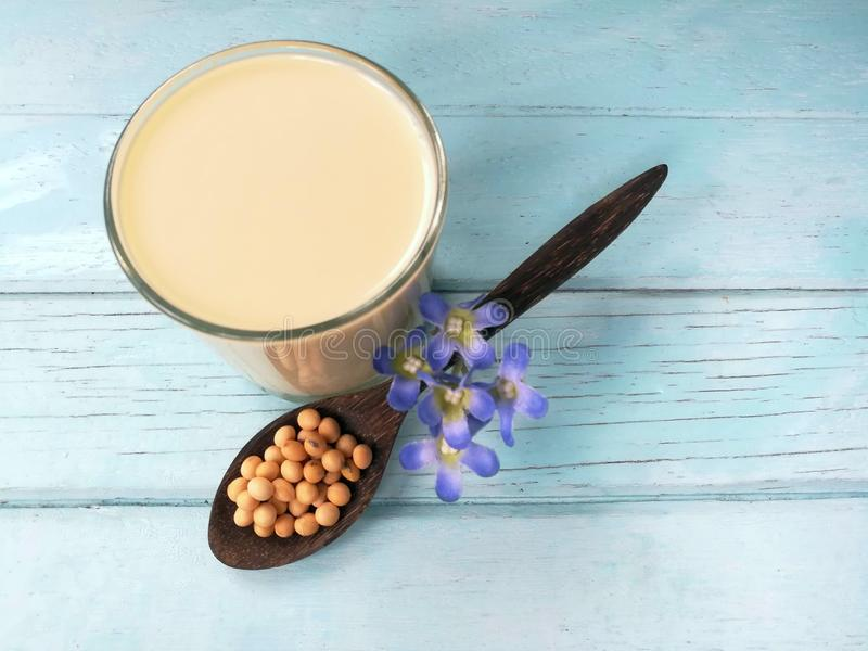 Latte di soia delizioso, seme dei fagioli della soia in cucchiaio fotografie stock libere da diritti