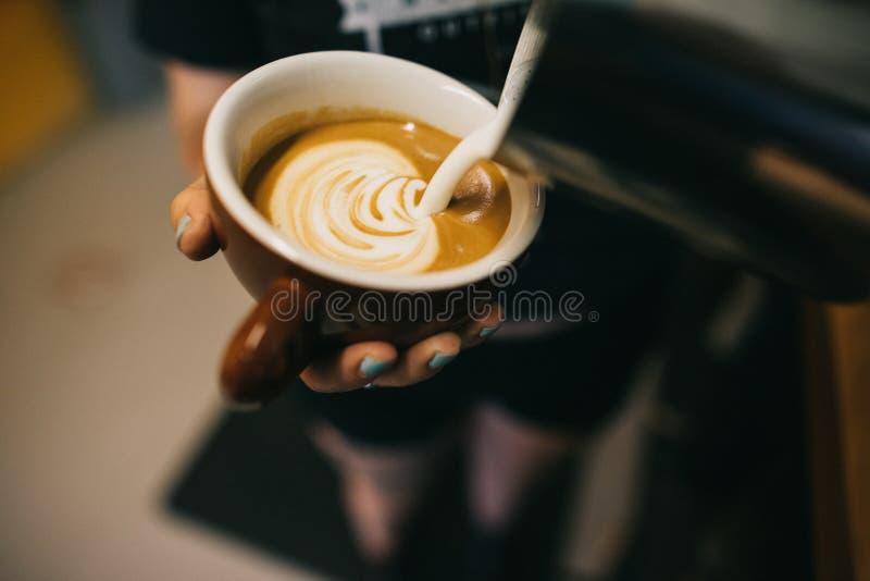 Latte die door barista worden voorbereid royalty-vrije stock afbeeldingen
