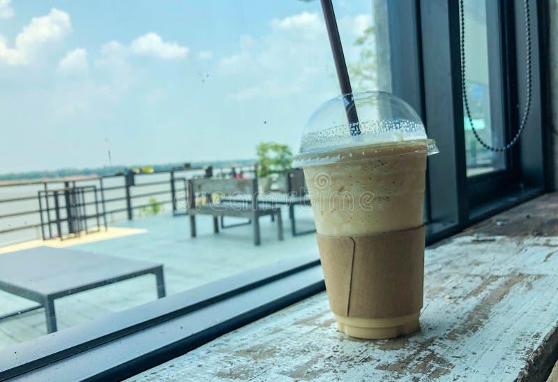 Latte do batido da bebida do café em de madeira fotografia de stock royalty free