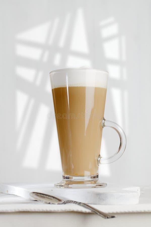 Latte do café com leite frothy no vidro alto imagens de stock