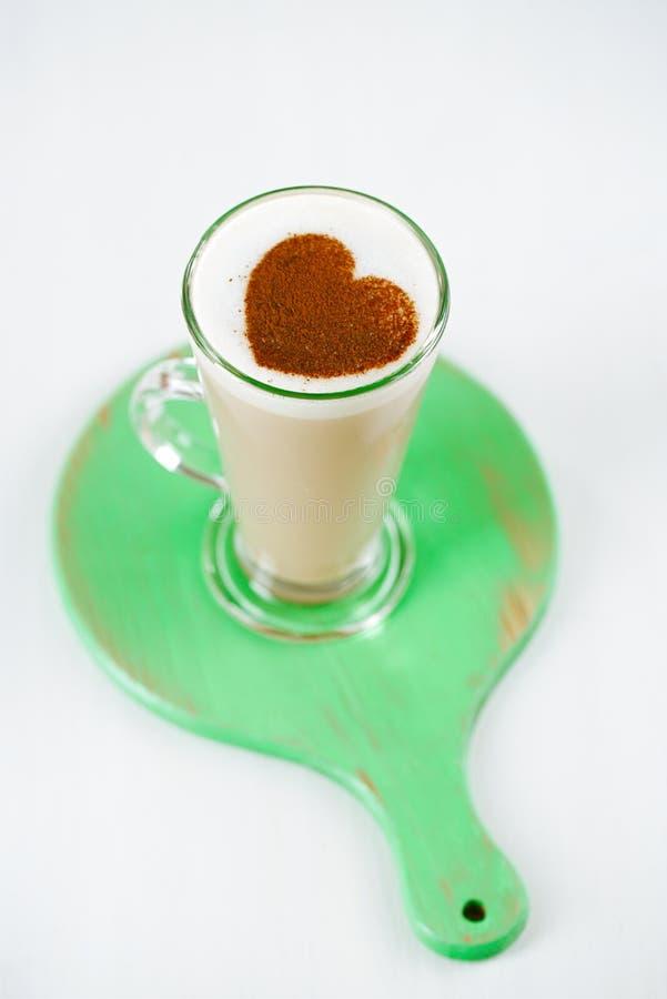 Latte do café com leite frothy no vidro alto fotografia de stock royalty free