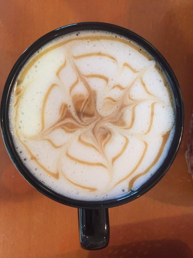 Latte do café com projeto do caramelo fotografia de stock