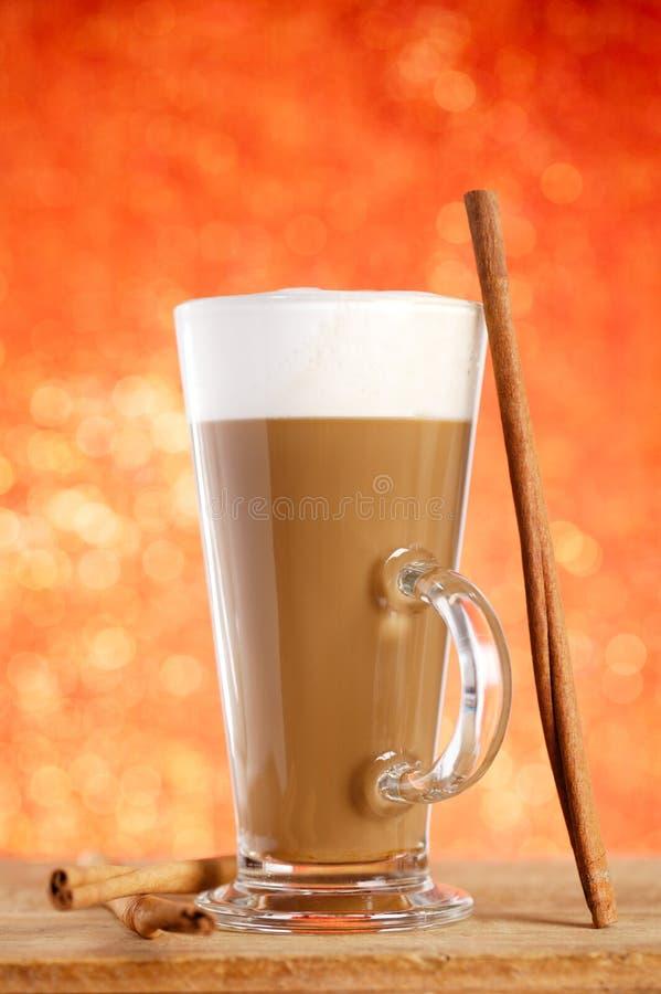Latte do café com varas de canela imagem de stock royalty free