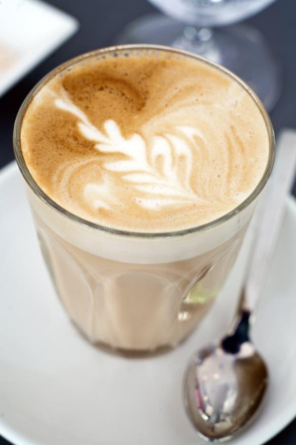 Latte do café em um vidro fotografia de stock royalty free