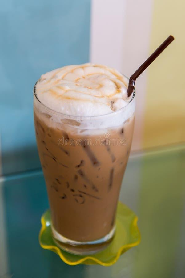 Latte do caramelo do gelo na tabela foto de stock