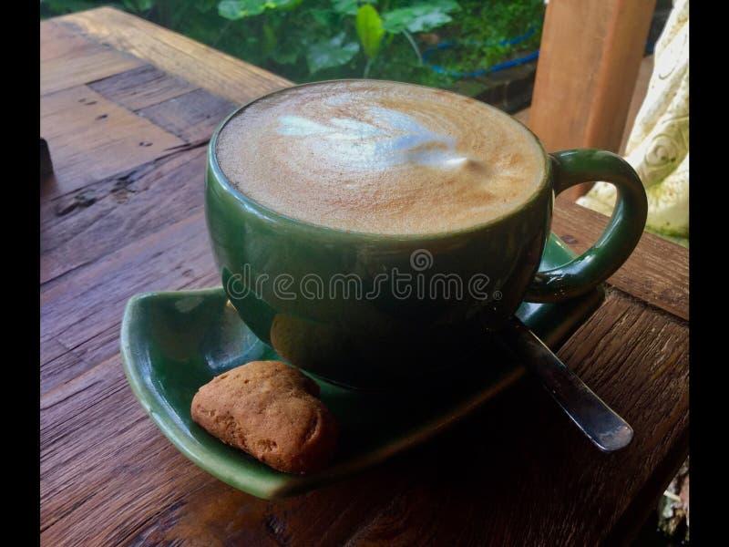 Latte do leite de coco com uma cookie do coração imagens de stock royalty free