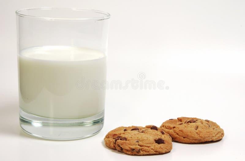 Latte e biscotti fotografie stock libere da diritti