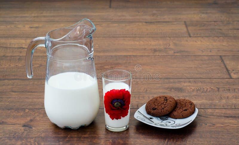Latte e biscotti fotografie stock